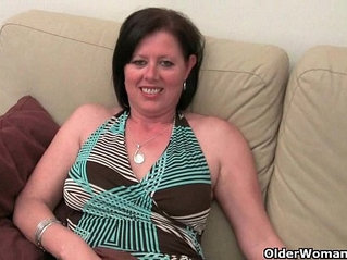 British mom loves getting finger fucked